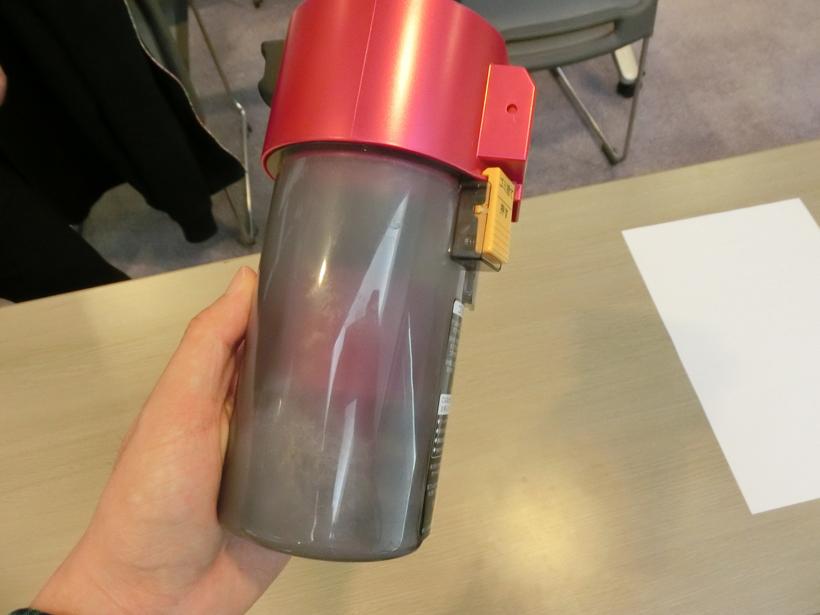 ↑ダストカップは筒状で、片手で持てる大きさ