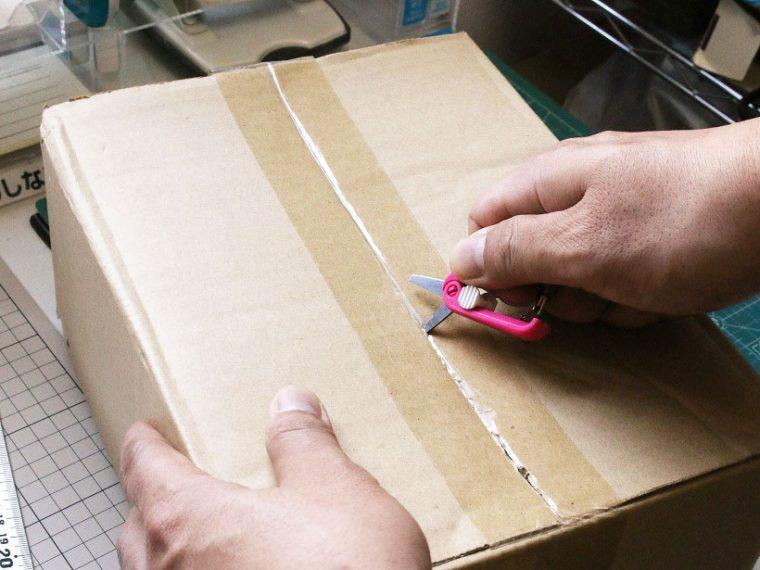 ↑ただし、粘着物を切ると刃にべたべたが残ってしまう。できればグルーレス刃の登場が望まれる