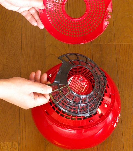 ↑フィルターカバーを外したところ。中にあるフィルターのホコリを掃除機で吸うか、水洗いします