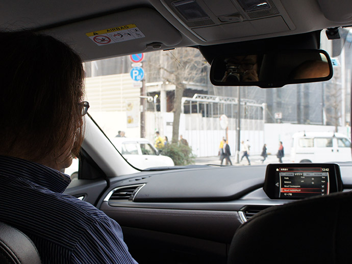 ↑車内でじっくり音を聴く野村さん