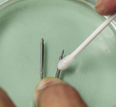 皮脂汚れが激しい場合はベンジンを浸した容器の中に入れ、綿棒で優しくケア