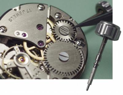 ↑リューズの軸部品は、時計内部の歯車と複雑に噛み合いゼンマイを巻き上げる構造に。軸部品や歯車は繊細なので、操作は慎重に。
