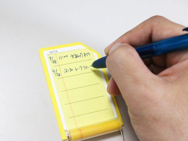 ↑滑り止めのおかげで、机に置いて片手で書いても位置がずれない