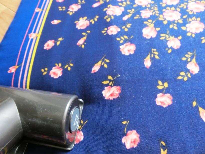 ↑座布団で試すと、表面を覆っていた白いホコリが取れていくのがわかります