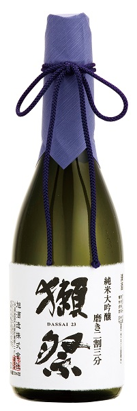 ↑山口県の「獺祭 (だっさい) 純米大吟醸 磨き二割三分」(720mℓ 5142円)。いま最も有名な日本酒。通年勤 務の社員が四季醸造を行うのが特徴 だ。徹底したデータ分析と工程管理 で品質と生産量を高め、大吟醸に特 化することで、社員に濃密な経験を 積ませている。本品は23%と驚き の精米歩合を誇る獺祭の金看板。ク リアな酒質、エレガントな芳香、上 質な余韻と、すべてに優れた1本だ。