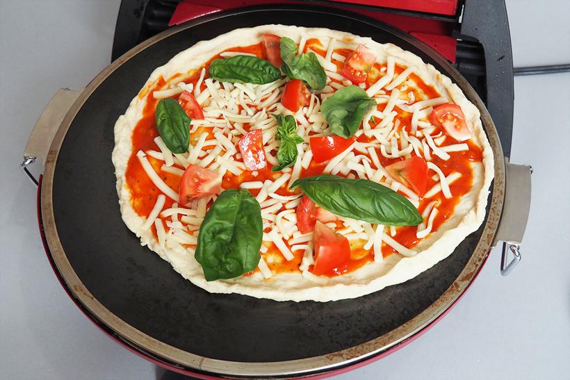 ↑余熱したオーブンにピザをのせたら、約4分で焼き上がり。驚くほど早い!