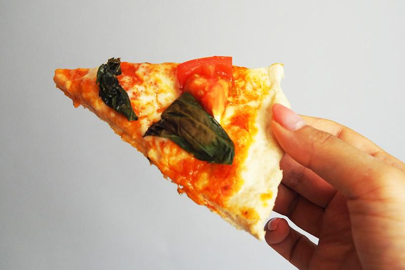 ↑ピザ表面のチーズはトロトロで、トマトもジューシー。なのに、生地部分はサクッと香ばしく焼きあがりました。耳の太い部分もモチモチでおいしい!