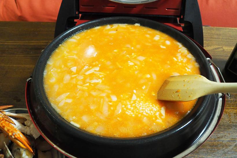 ↑一度魚介類を取り出したら、米と水、トマトジュースを入れて炊きます。米は2合でディッシュプレートいっぱいに炊けました
