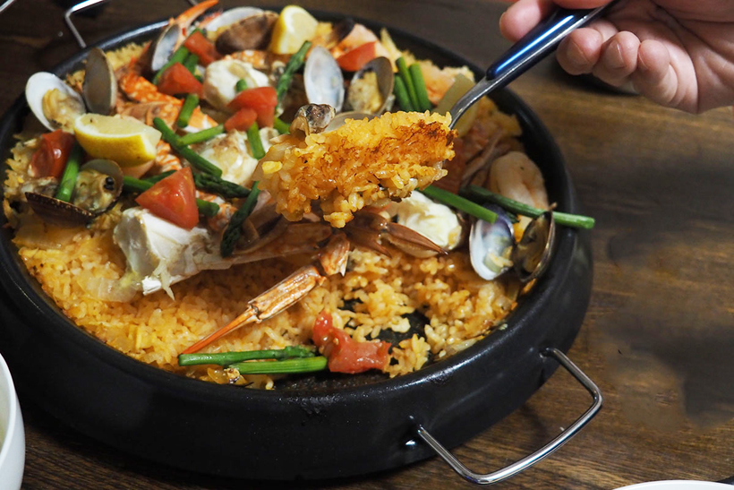 ↑炊きあがったパエリアは、底に軽く「おこげ」もあり絶品です。ゴージャスに見えますが、炒め物用のワタリガニを使ったので材料費は全部で1000円ほど