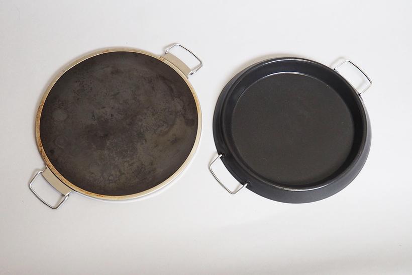 ↑ピザを焼くための「ピザプレート」(左)と煮込み料理も可能な「ディッシュプレート」(右)のどちらかをセットして使用。ピザプレートは石材なので蓄熱性が高く、余分な水分や油分を吸収するのが特徴