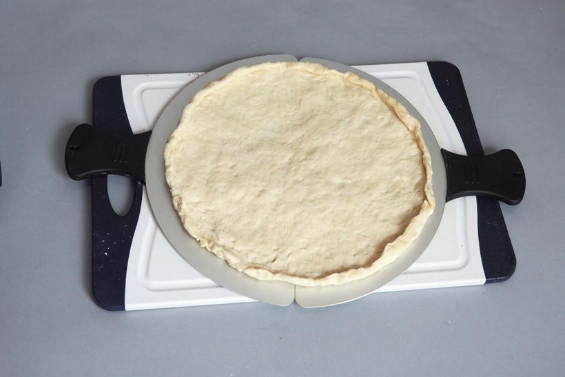 ↑左右を合わせたパドルサイズは、ピザプレートのサイズよりやや小さめです。このため、生地を成型するときは粉を振ったピザパドルの上で伸ばすと大きさが把握しやすくなります。ちなみに、写真の生地は直径25cmほど