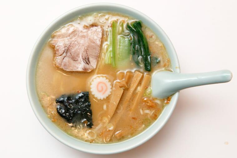 ↑豚骨魚介スープ、中細麺の「ラーメン」(600円)。鳴戸巻きが「の」の字に読めるように飾られている。絶品のチャーシュー、メンマなど、手間のかかった一杯がこの値段とは驚きだ