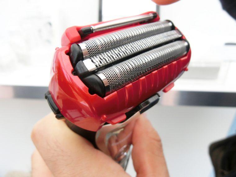 ↑3枚刃の上部に見えるのが「スムースローラー」。肌にあてて動かしたときに回転することで、滑らかな剃り心地を実現します