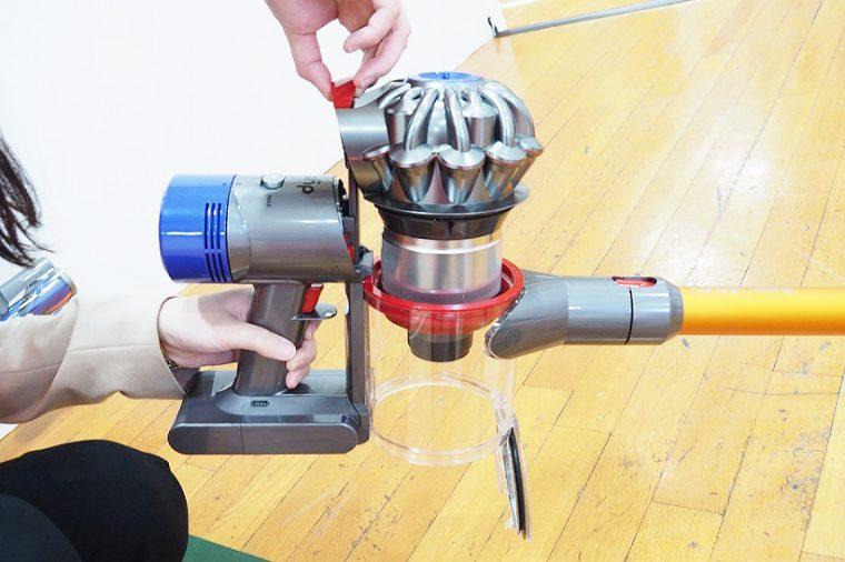 ↑ゴミ捨て用のレバーを引くと(上写真)、赤いスクレイパーがシュラウドのゴミをこそげ落としながら移動。さらに底部のフタが自動的に開き、手を汚さずにゴミ捨てが可能です(下写真)