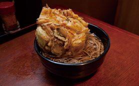 【昼は立ち食いそば】このボリュームで370円!? 立ち食いファンの支持を集める日本橋・よもだそばの「特大かき揚げ」に迫る