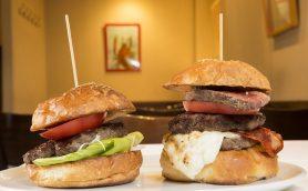 """熟成肉の濃密な旨みがリフレインする! 「カルネヤ」のハンバーガーが""""神の領域""""に達した理由"""