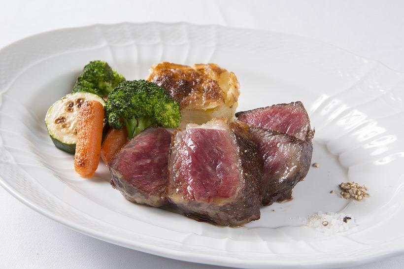 ↑正式名称は「熟成牛ステーキ」。サイズは180gで、昼は4530円、夜は5832円から楽しめる