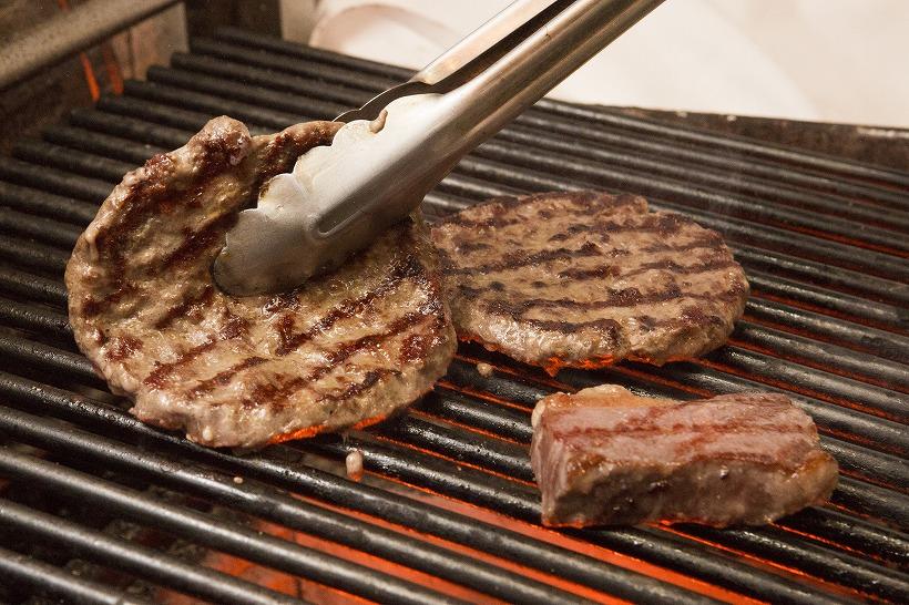 ↑ビステッカ(ステーキ)もパティも備長炭でこんがりと。うまみを閉じ込めるとともに、芳醇な香ばしさがプラスされます