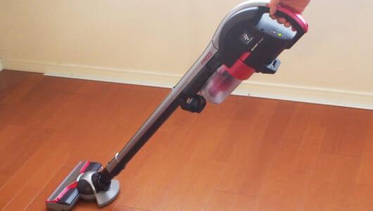 【レビュー】掃除機は持つだけの時代が到来!? 勝手に進むシャープの新スティックが快適すぎる!