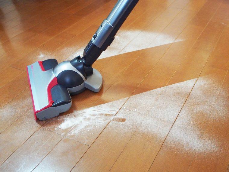 ↑床の目地に対し、斜めに掃除機をかけてみたところ、表面はもちろん、目地にもほぼ吸い残しがなかった