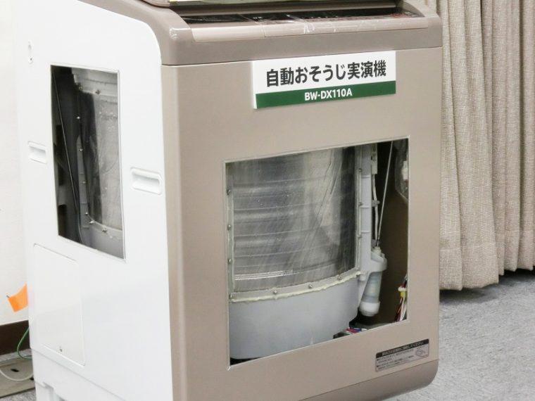 ↑槽を除菌し、黒カビを抑える「自動おそうじ」機能搭載。槽上部から水を流してしっかり洗います