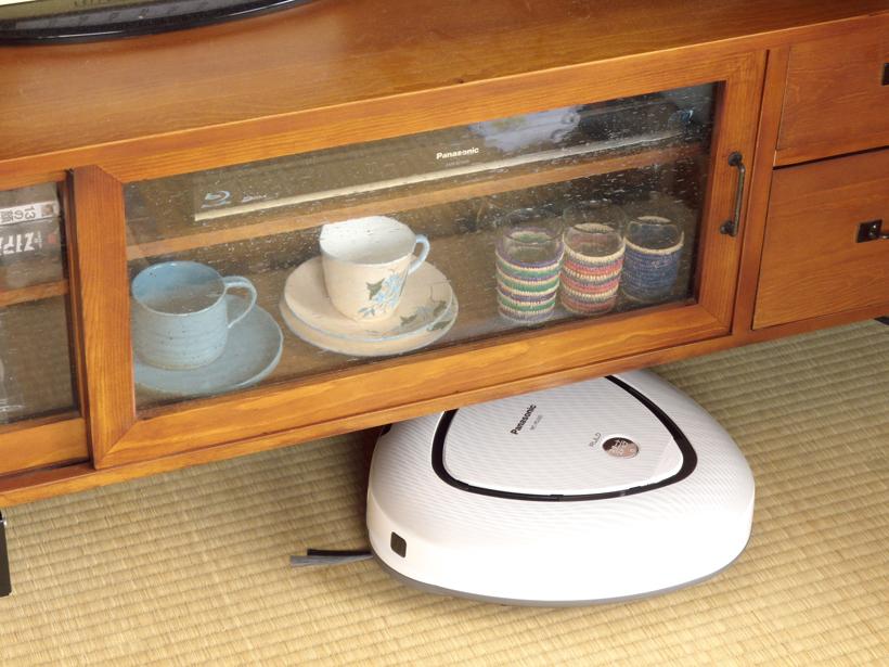 ↑家具の下もしっかり掃除。ロボット掃除機を使っててよかったあ、と実感する瞬間です