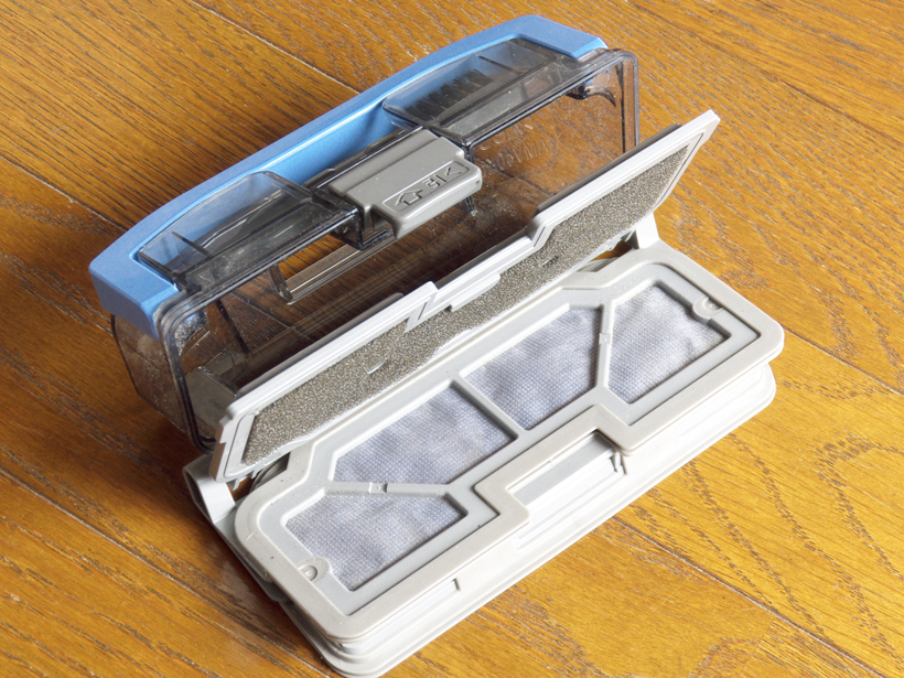 ↑ダストボックスは、「引く」部分を引くと蓋がパカッと開くので、ゴミ箱などの上で開けばそのままゴミを捨てられます