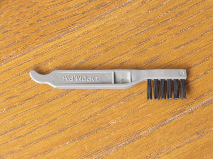 ↑お手入れブラシ。フィルター部分のホコリを取り除くのに使います。ダストボックスに収納できるので、紛失しにくくなっています