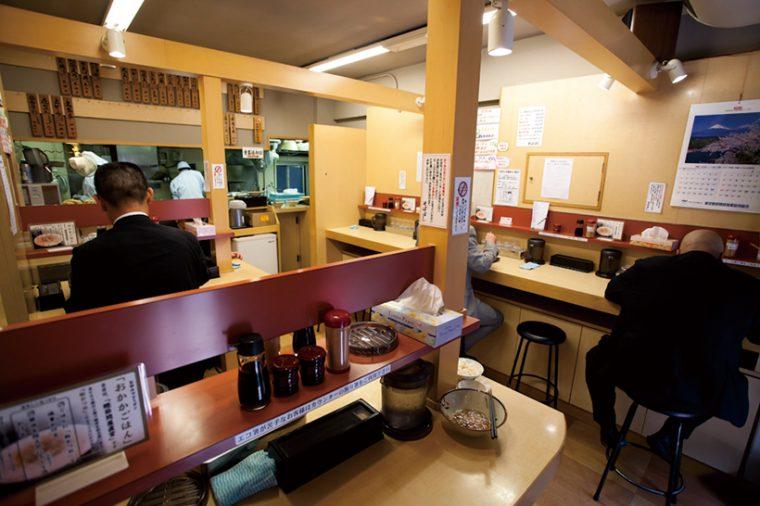 ↑店内は立って食べるのが基本だが、11時~13時以外の時間帯には若干数の椅子が出される