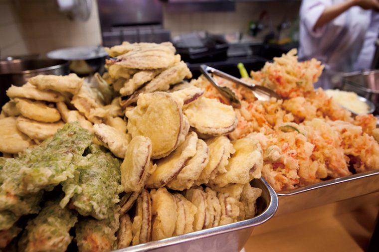 ↑天ぷらは揚げ置き。昼前にはかき揚げや旬の野菜の天ぷらがバットに山盛りになっている。ちなみに天ぷらに使う野菜もすべて「国産」のものを使用