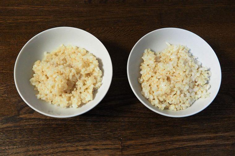 ↑一般的な炊飯器で炊いた玄米(写真左)と、NJ-AW107で炊いた玄米(写真右)。左は表面にべチャッとした粘りがあるものの、中が少々硬くモソモソとした食感。NJ-AW107は表面にザラつきはあるものの、中まで柔らかで食べやすい