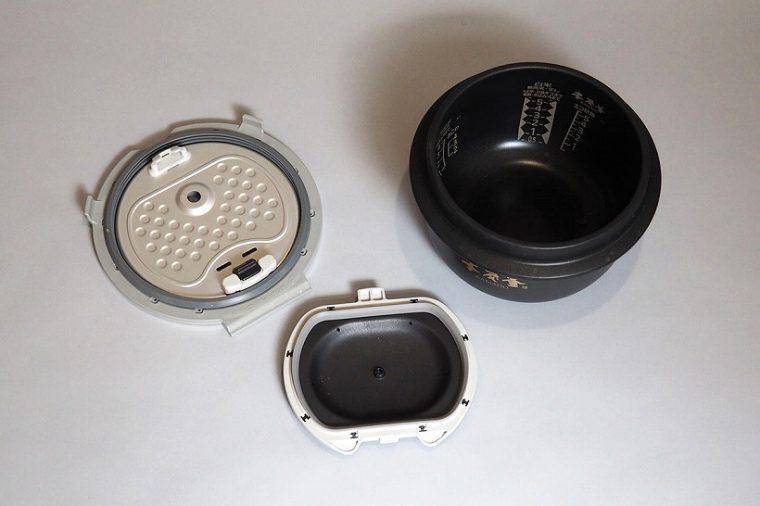 ↑使用後に洗う必要があるのは、内釜と放熱板(内ブタ)のみ! ちなみに、新モデルでは火力がアップしたため、「吹きこぼれ」防止のために内ブタは2重構造になっています。この独特な形状で炊飯中の気泡を素早く破裂させるのだとか