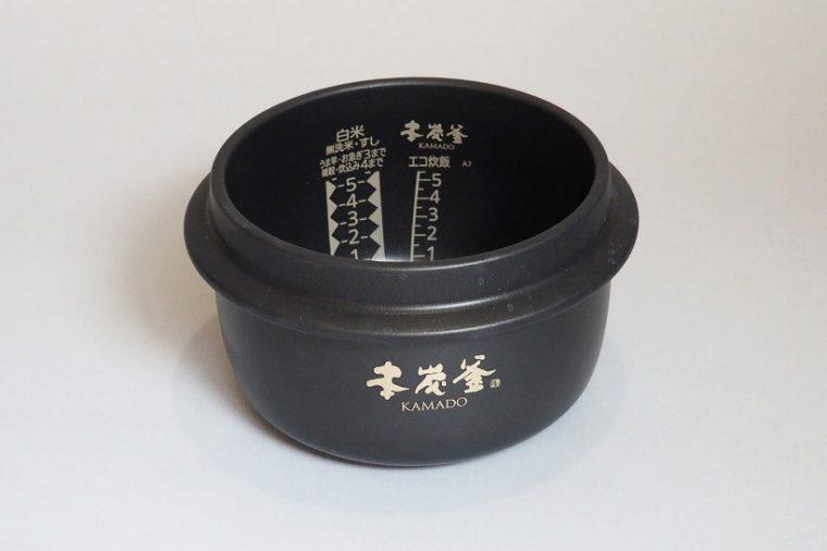 炭製の内釜は、かまどと同じ羽根のある「羽釜形状」を採用。上部空間ができることで「吹きこぼれ」が少なく、連続して激しい沸騰を続けられます