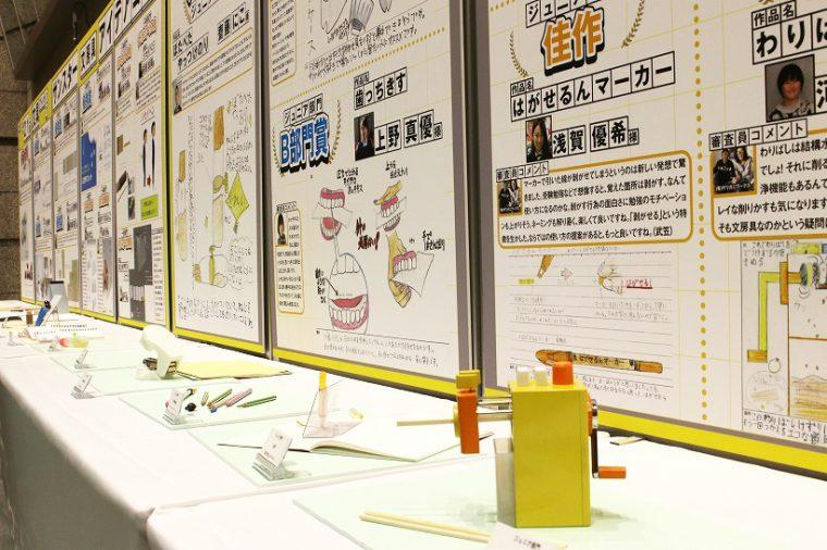 ↑展示される受賞作品の数々。パネルの「審査員コメント」に受賞者も見入っていた