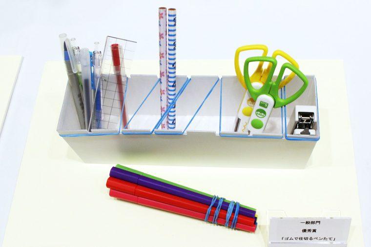 ↑輪ゴムで仕切りを作ったり、中の文具を輪ゴムでまとめて持ち歩ける「ゴムで仕切るペンたて」