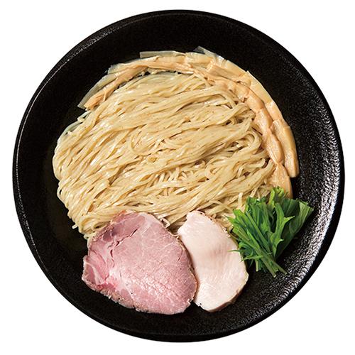 ↑塩つけめん(800円)。沖縄の「粟国の塩」と「福塩」をブレンドしたタレは、つけ汁のうまみを引き立たせる。透明感がありながら味わい深いのが特徴だ