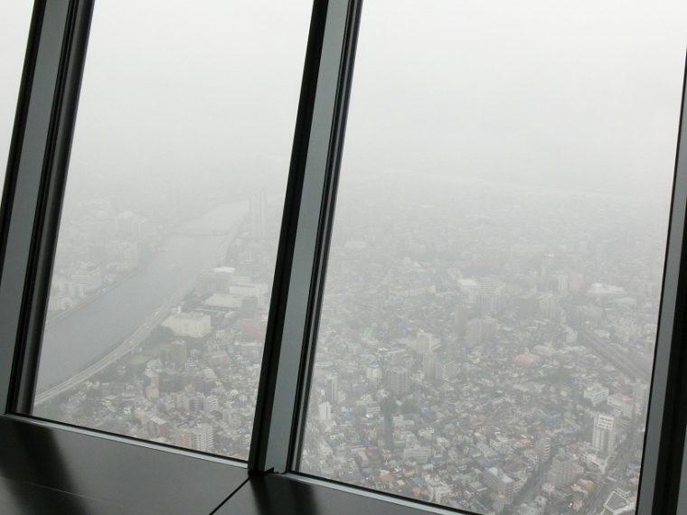↑天望フロア350からの眺め。天候はあいにくの雨にて窓の外は煙って見えましたが、風情があります