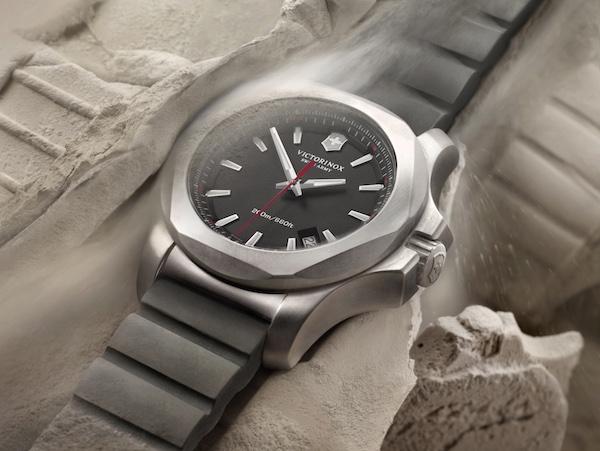 ↑2014年に発表された第一弾モデル。たとえ砂塵にまみれても時計は正確に時を刻み続ける。ラバーストラップで税込7万7760円