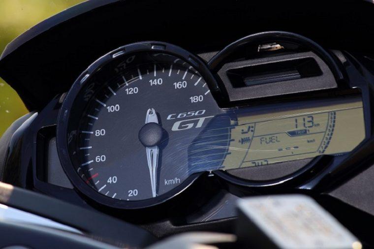 ↑高級感のあるインストルメントディスプレイ。アナログタイプの速度計をメインに、付随する液晶パネルが走行距離やシート/グリップヒーターの状態などのインフォメーションを表示する。なおシートヒーターは座面とバックレストに埋め込まれており、独立して強さを調整可能