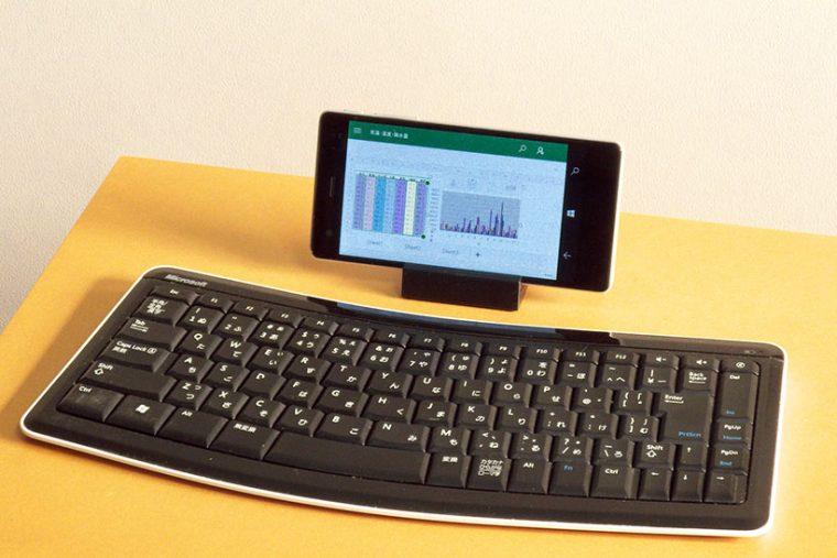 ↑Windows 10と共通の操作性やアプリで、まるでパソコンのように使えるのが魅力です(キーボードは私物)