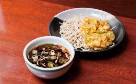 【昼はそば】更科系の麺は「コシ」と「のどごし」が違う! 横浜駅ポルタの座って食べる立ち食いそば「麺房 八角」