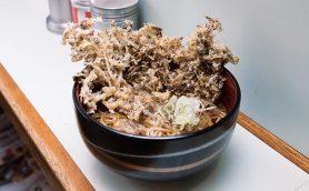 【昼は立ち食いそば】新橋駅前ビル「おくとね」の巨大まいたけ天は味も価格もおトクね!