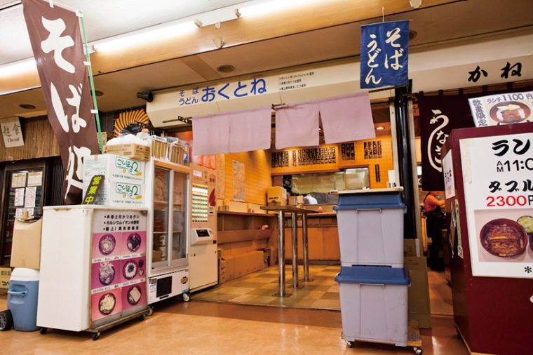 ↑新橋駅前ビルの地下食堂街の一角に立地。入口にはのれんがかかっているだけなので、客はドアを開ける必要がなく、スムーズに入店できる
