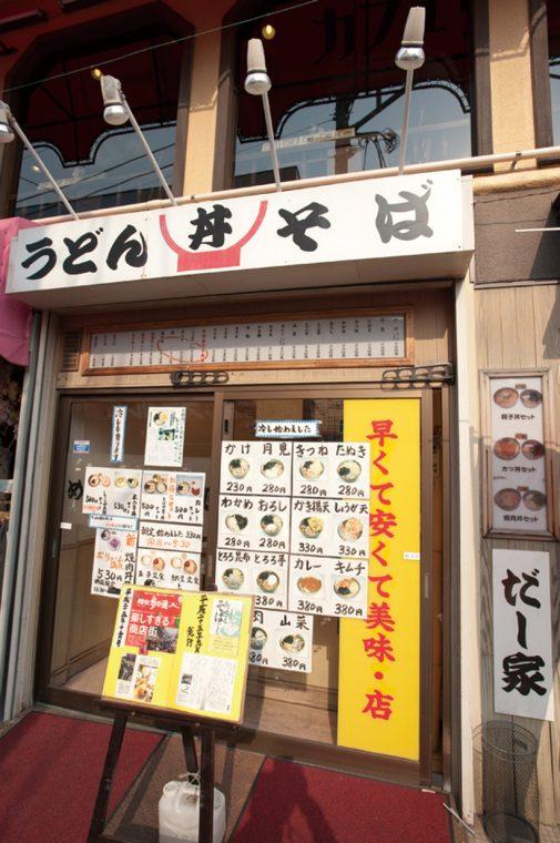 ↑店の入口には温そば、冷やしそば、セットメニューなどが写真付きで掲示されている