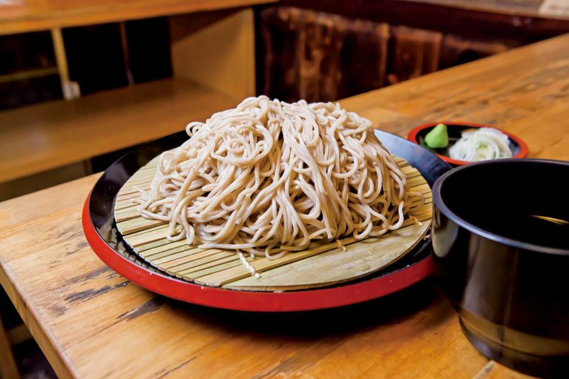 ↑恵み蕎麦(500円)。そばは、前日に石臼で挽いたそば粉を朝に製麺。香り豊かでうまい