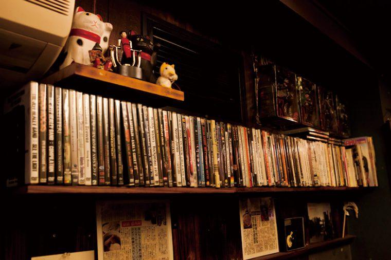 ↑店内にはハードロックなどの音楽DVDがズラリ。すべて客が店内で流してほしいと持ち込んだものだとか。その上部にはハードロックバンド、KISSのフィギュアも飾られている