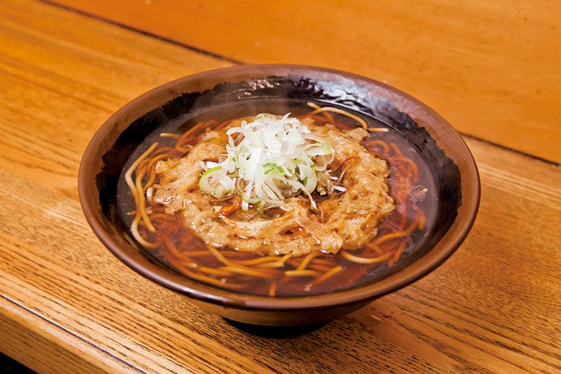 ↑天ぷらそば(400円)。玉ねぎ、にんじん、小えびのかき揚げをトッピング。そばにのせて数秒で溶け始める