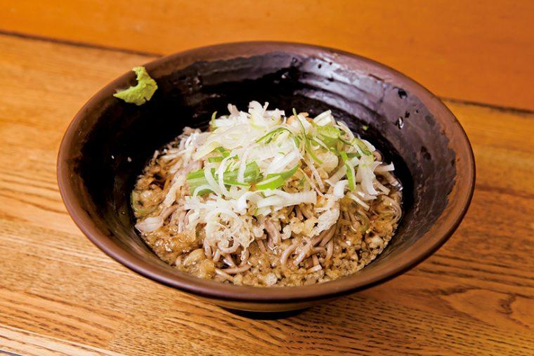 ↑冷やしたぬきそば(370円)。冷水で締めたゆで麺はモチモチ感がアップ。甘さ抑えめのつゆもいい