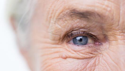 老眼の原因は老化だけではない!? 老眼に早くなる人、ならない人の違いとは?