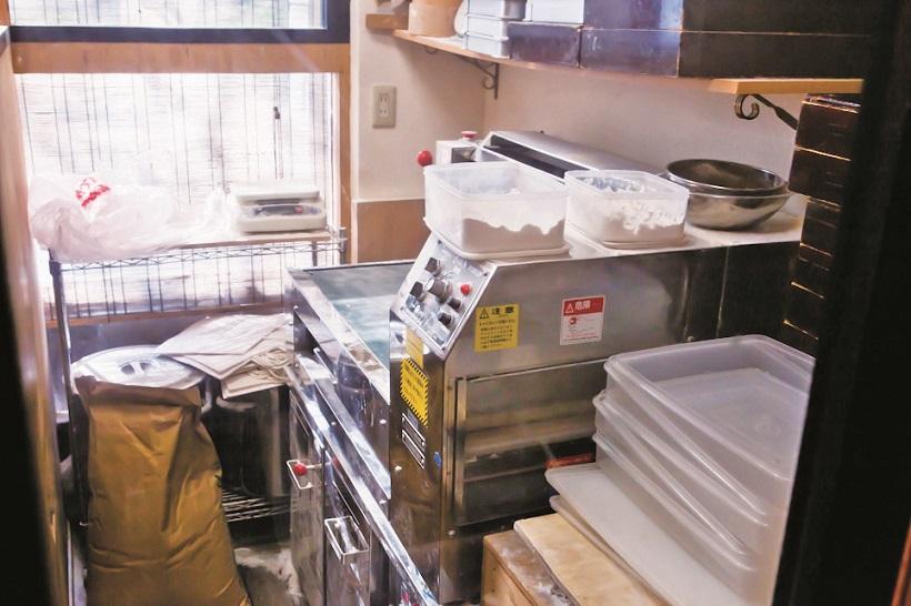 """↑店内に製麺機と麺打ち台を設置。ここでそば粉や小麦を使ってどんな麺ができるか""""実験""""するうちに、新メニューのアイデアが生まれるのだとか"""